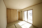 和室~和室にも吊押入を完備。使いやすい高さにある押入はお布団の出し入れもスムーズです。
