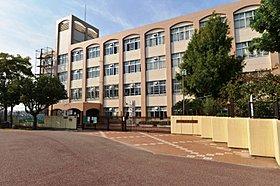 市立南落合小学校まで徒歩6分(約480m)。中学校も至近