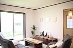8号棟リビングです。お客様が生活をイメージしやすいよう家具を設置しました!