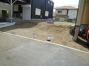 更地、上下水道管等引き込み済みです。建築条件はありません。お好きなハウスメーカー等で建築できます。