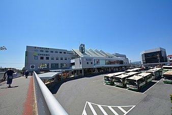 特急・快速急行停車駅でもある近鉄奈良線「学園前」駅(写真)を利用すれば、「大阪難波」駅まで快速急行で29分の好アクセス。駅前には複合商業ビルが並びます。
