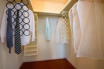 主寝室にウォークインクローゼットを設けました。衣類だけでなく、トランクなどの旅行用品の収納にも重宝します。