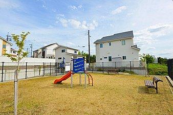 タウン内公園は、子どもたちだけでなく、大人も近隣住民さんとコミュニケーションを深める憩いの場となっています。
