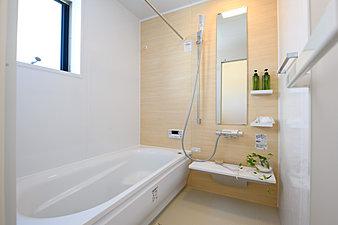 ■カラリ床タテヨコの規則正しいパターンでお手入れ簡単、お掃除ラクラクです。■魔法びん浴槽浴槽断熱材と高断熱のふろふたによる断熱構造で、抜群の保温力を発揮。■エアインシャワー大幅節水でも使用感たっぷりな浴び心地。エコに配慮しながらも満足感を得たいという欲張りを叶えます。■お掃除ラクラク鏡とカウンター ■浴室換気暖房乾燥機「三乾王」