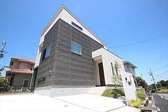 東向きの広い敷地に、耐震等級3の新築デザイン住宅が完成。また、住みやすさを追求した収納力の高さは必見。いつでも見学していただけます。