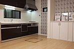 実際に建築したお家のリビングダイニングキッチンになります。床下収納があったりすると便利ですね!収納が多いと家事も楽々ですね!