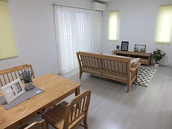 室内は白い木目調の床に、メープル色の建具で落ち着いた雰囲気♪
