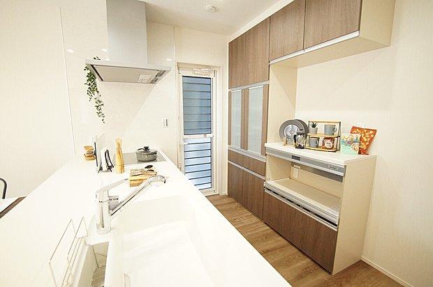 【食器収納】■据え付け型の食器収納を全棟設置。 ■豊富な収納量で手持ちの食器などもしっかりと仕舞い込めます