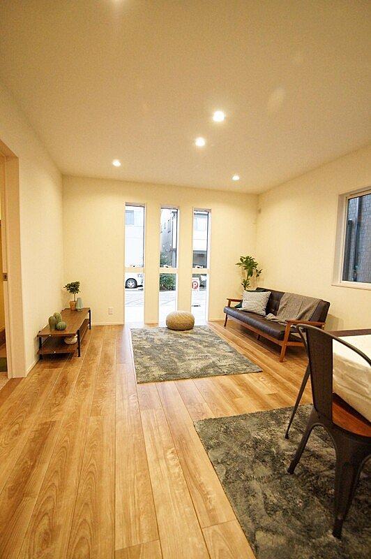 【4号棟LDK】4号棟LDK ■床バーチ柄グレー 柔らかな木肌と、艶のある光沢が魅力。トレンドのグレイッシュカラーの木目がクールでモダンな空間を演出します。 【トリニティ】 (目安価格16帖 313600円)