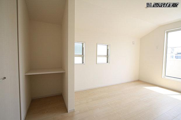 【2階8畳の洋室】お写真左側のカウンターが設置されています。
