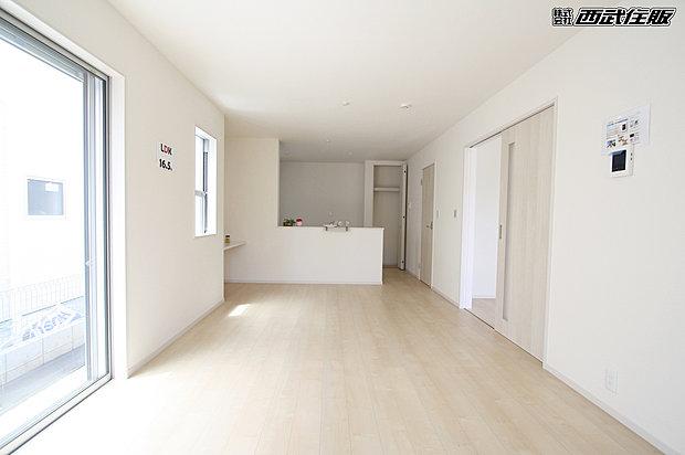 【リビング】インテリアの映える広々としたリビング。室内明るく、ゆったり快適に過ごせます。