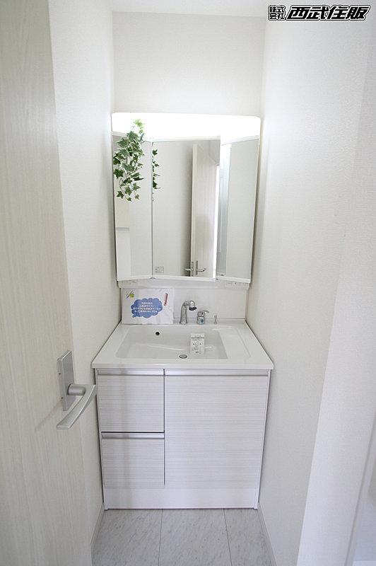 【【シャワードレッサー】】洗面・洗髪などができる機能を備えた洗面化粧台です。また、シャワーの角度を変えることで洗面台の掃除もしやすいです。