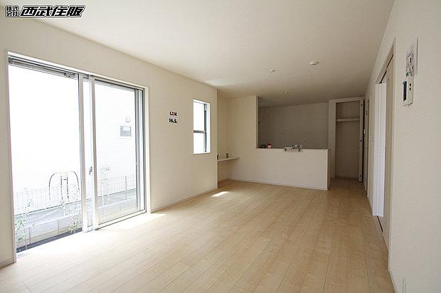 【【リビング】】何色の家具を置いても馴染みそうな床のお色が素敵ですね。