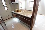リビング床暖房、食洗機付きキッチンなど充実の設備・仕様も整います。(C号棟:平成30年4月撮影)