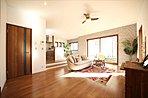 天井高2.7mのスキップフロアのリビングは空間に広がりをもたせて、ゆったりとした家族の時間が過ごせます
