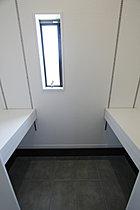 【3号地】玄関に入ってすぐ目の前にある玄関収納は便利な可動棚