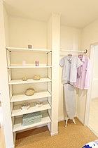 アイロン台スペースと、食品保管棚も設置しました。