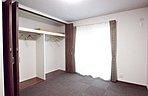 【6号地】普段着る洋服はこちらへ。寝室にウォークインクローゼットと洋収納が2箇所あります。普段使う洋服と季節物の洋服とに分けて収納できます。