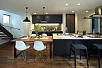 ○標準キッチン 広いフラットカウンターは食事をしたり、一緒に料理をしたり、ホームパーティーなど様々な楽しみ方ができます。お客様に応じて様々なキッチンスタイルをご提案致します。