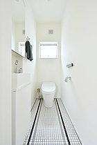 多機能タンクレストイレ採用 モザイクタイルがアクセント