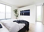 睡眠のためだけにはもったいない、二人でゆったり過ごすデザイン性の高い主寝室。