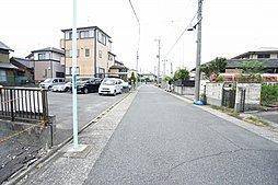 前面道路。道路幅が約6.5mあるので、駐車もしやすく運転もしやすいです。