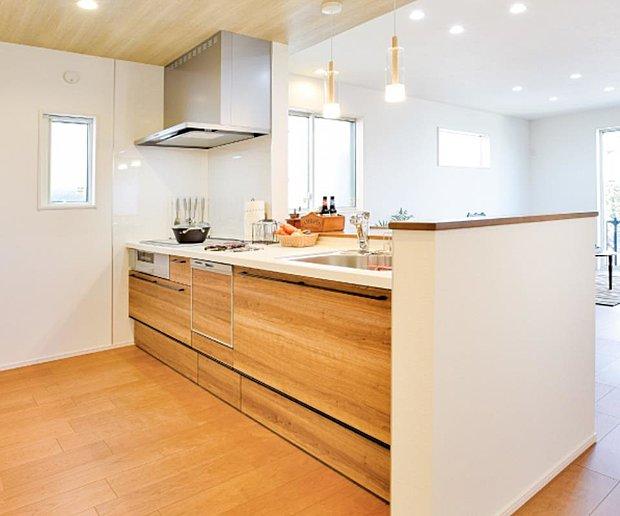 【【クリナップ】システムキッチン】ミセスにとって家事の中心となるキッチンは、快適でありながら美しさも追求したい場所。もちろん料理を作り、食べて、会話を楽しむ空間としての機能も大切です。そんな贅沢なリクエストに応える、美しく、楽しく、使