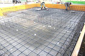 防湿シートで覆い基盤状に配筋を施した、最も頑丈なベタ基礎工法