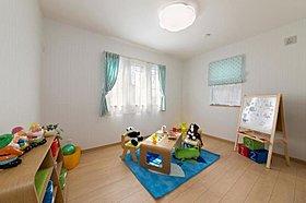 日々の成長を楽しむ明るく快適的な子ども部屋。
