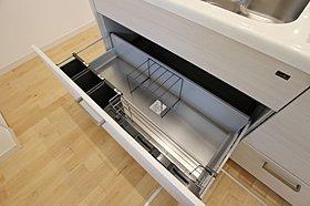 キッチン引き出し 汚れやすい底板は、ステンレスでスッキリ。