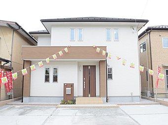 【熊谷市伊勢町 現地外観写真】落ち着いた色合いの外観デザインです。ファイブイズホームでは「日当たり」「風通し」「デザイン」の3点を考慮した外観デザインを設計しております。