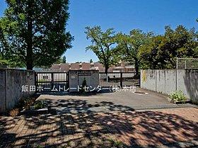 稲城市立平尾小学校・・距離約1185m(徒歩15分)
