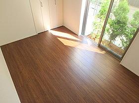内装は落ち着いた木目調で、インテリアに合わせやすいデザイン。