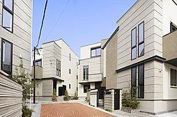 「レーベンプラッツ二子玉川The Class」6邸専用の街区内道路は、洗練された雰囲気を創出する、明るいカラーのインターロッキング舗装。