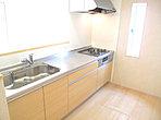 床下収納のある対面式システムキッチンです。