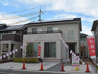 シンプルモダンな外観です。南向き屋根に太陽光が4.23kW搭載されています。