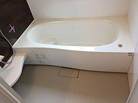 浴槽もバスタブ内にステップがあるので、節水効果があります。