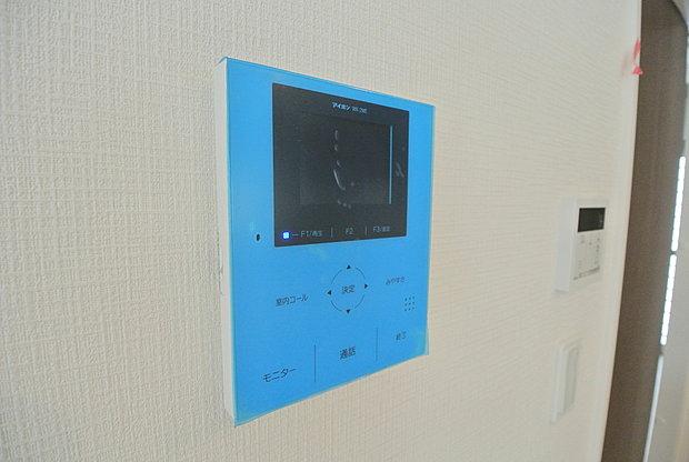 【【モニター付きインターホン】】モニター付きインターホンは玄関を確認しなくても誰が来たのかすぐわかります。訪問者を確認してから会話することができますので安心して対応できます♪