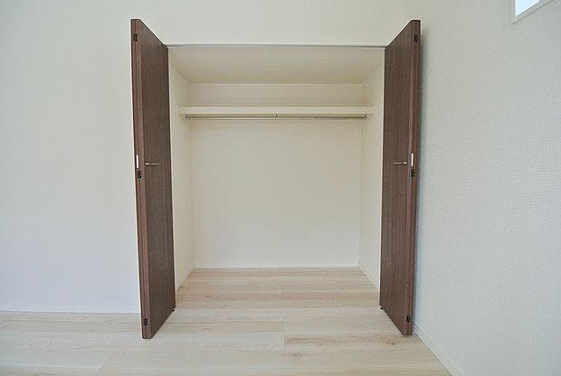 【収納】居室にはたっぷりの収納付き。洋服や荷物など仕分けができるので、お子様も整理整頓がしっかりできますね