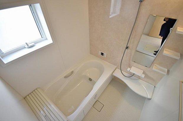 【浴室】ワンタッチでお湯張りや追焚が出来るオートバス。足を伸ばせる浴槽で1日の疲れも快適に癒せます