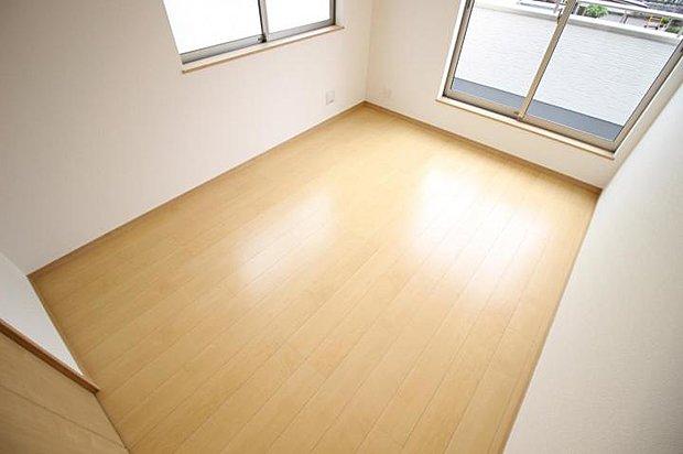 【洋室】ベットを起きてもゆったり使える主寝室。たくさん日差しも差込みます♪