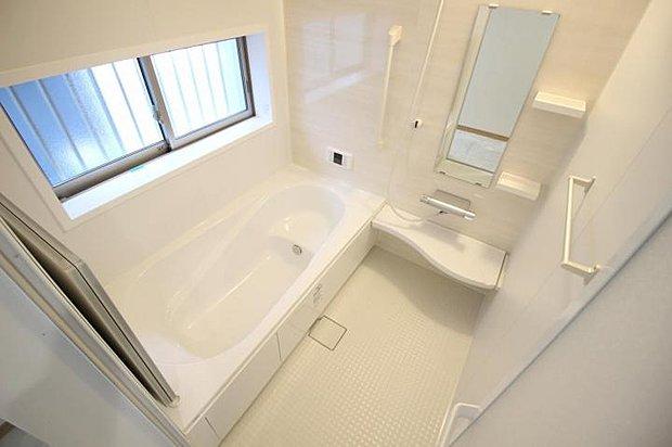 【浴室】お子さんと入ってもゆったり浸かれるユニットバス。毎日の疲れもしっかりリフレッシュ出来ます♪