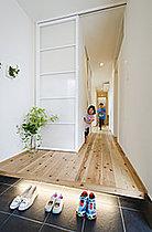 お家の顔となる玄関!照明を工夫しより明るい玄関に。