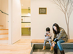玄関スペースにベンチを造ると荷物置き場や靴も履きやすいです!