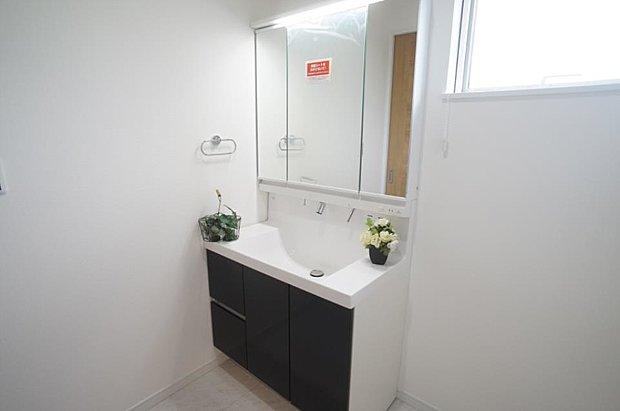 ~washroom~  毎日の身だしなみを整えやすく、鏡の後ろの収納スペースに散らかりやすい小物等を整理整頓出来ます。