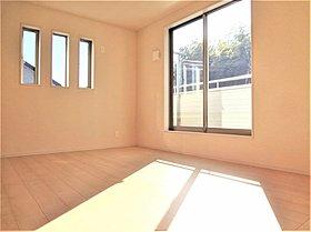 2面採光で、曇りの日も明るい室内です。