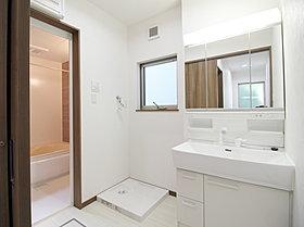 収納たっぷりの三面鏡つき洗面台。