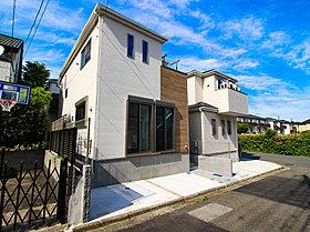 高台のメリットを存分に享受できる、日当たりの良い邸宅