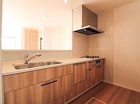 ナチュラルな木目調デザインでコーディネートされたキッチン。