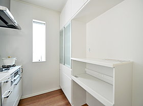 キッチン背面には収納が備え付けられ、スペースもございます。